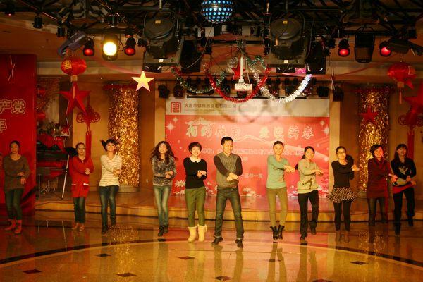 由青年员工演的江南tyle场舞将现场气氛
