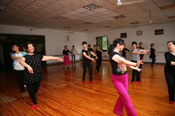 工人文化宫积极组织老年人开展健身舞蹈活动